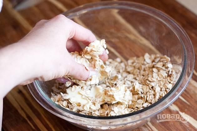 5. Смешайте сухие ингредиенты, а после добавьте 100 грамм сливочного масла.