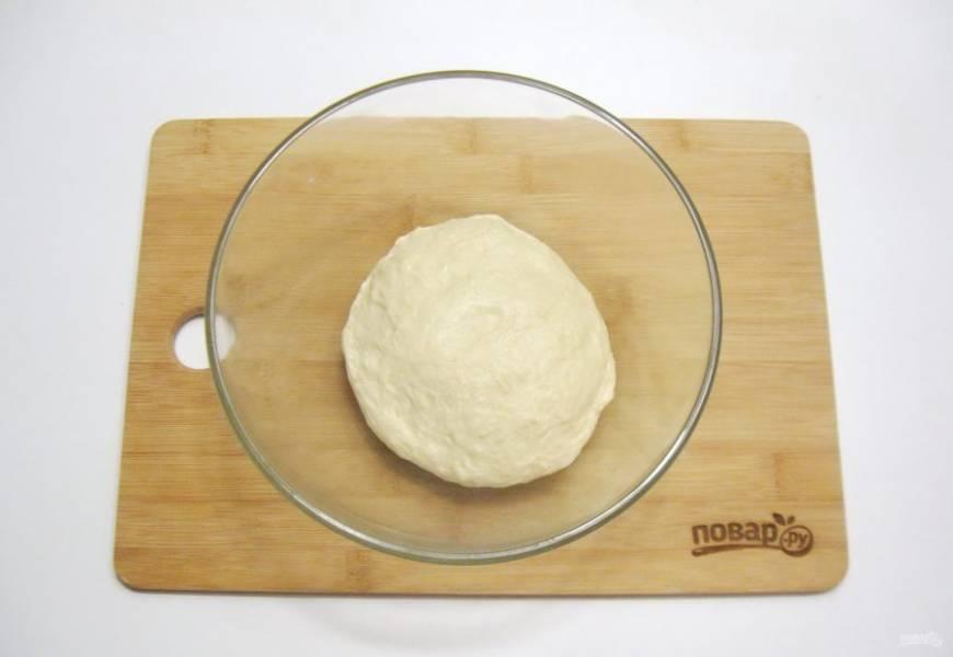 Замесите мягкое эластичное тесто, не липнущее к рукам.