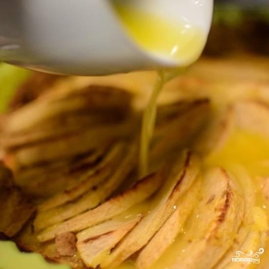 15. Растопите немного масла и полейте им готовый пирог.