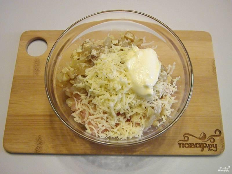 В глубокой мисочке смешайте куриный фарш с жареными грибами, луком, солью, майонезом и половиной тертого сыра.