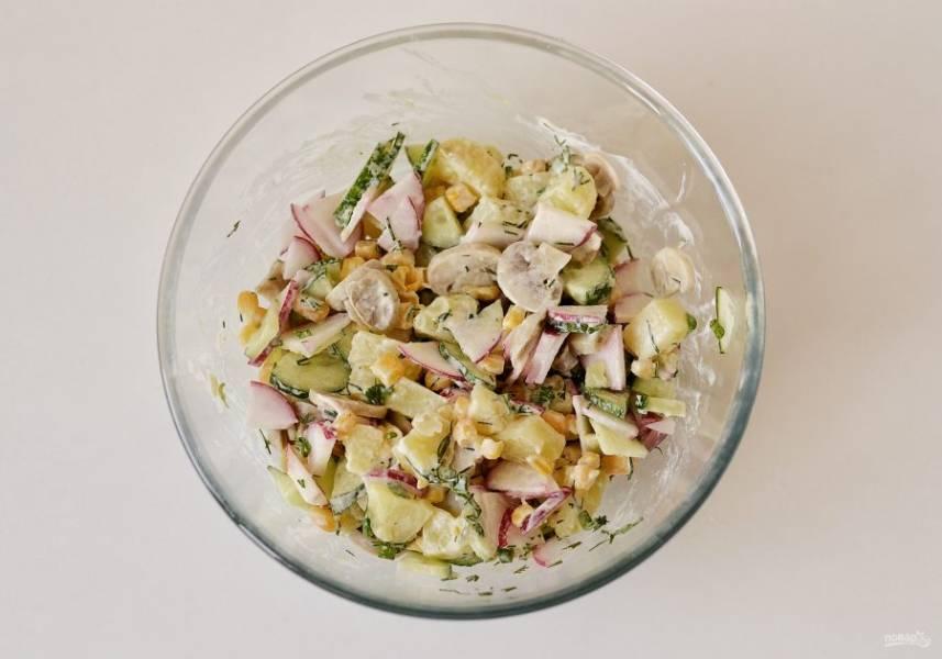 Заправьте салат майонезом и горчицей. Посолите и поперчите по вкусу, перемешайте.