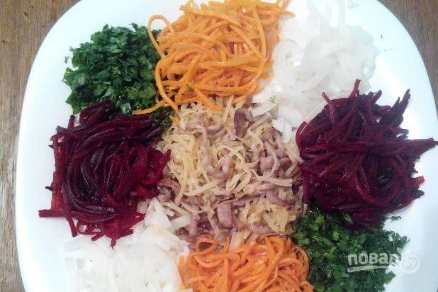 Возьмите большое блюдо, в центр положите картофель, смешанный с мясом. Затем по принципу лепестков вокруг выложите остальные подготовленные ингредиенты, в том числе вымытую и нарубленную зелень, а также корейскую морковку. Украсьте салат майонезом.