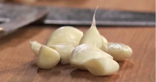 Очищаем зубчики чеснока.