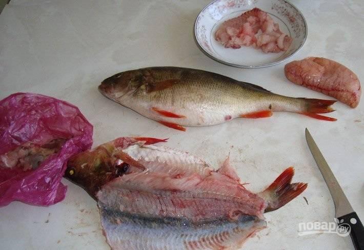 6. Возьмите любую белую рыбку и аккуратно отделите у неё филе от костей.