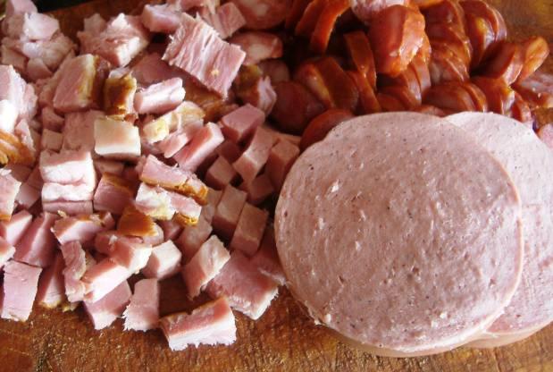 Очищаем лук, режем его некрупными кубиками. Морковку натираем на терке. Перец режем пополам, удаляем семена, нарезаем мякоть. Копчености из мяса и отварное мясо режем маленькими кусочками.
