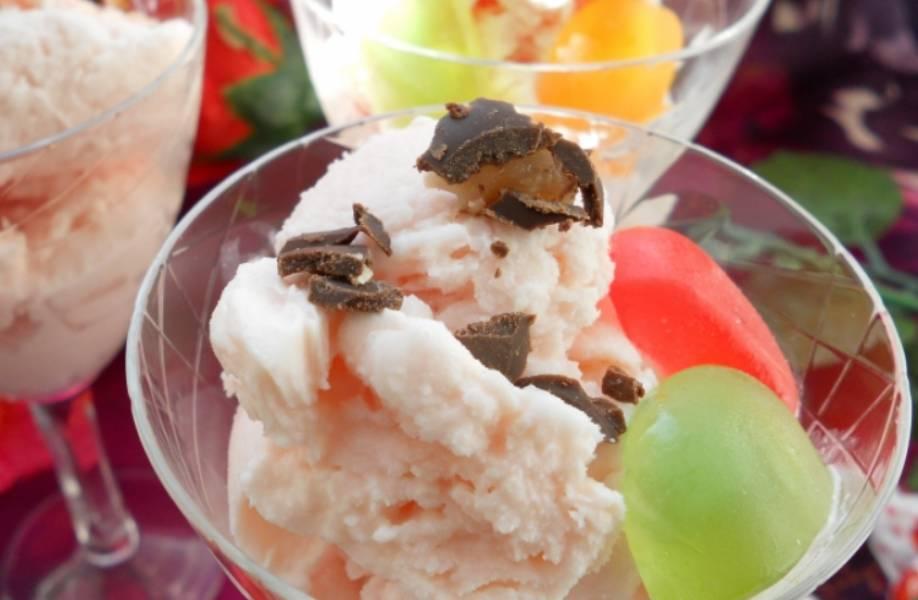 Раскладываем мороженое по формам и ставим в морозилку на 4-5 часов. Готовый десерт украшаем желейными конфетами и шоколадом. Приятного аппетита!