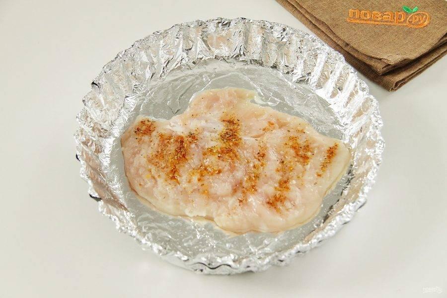 Форму по желанию застелите фольгой, смажьте маслом. Положите первый пласт отбитого филе.