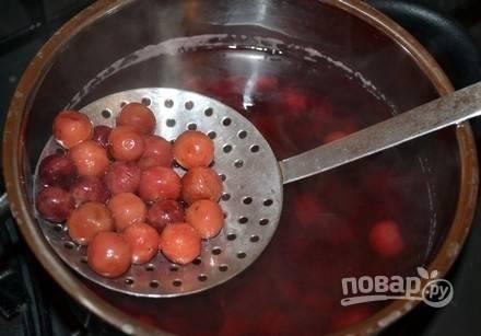 Вытащите ягоды шумовкой, а потом добавьте в компот сахар. Перемешайте.
