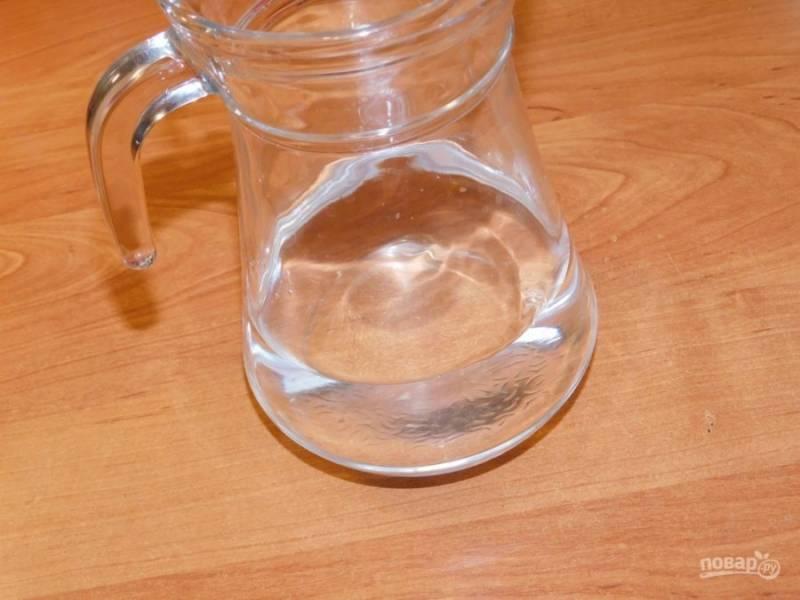 В графин налейте необходимое количество воды.