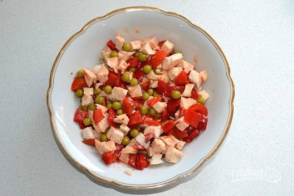 Аккуратно все перемешайте. Если вам салат покажется суховат, добавьте немного растительного масла.