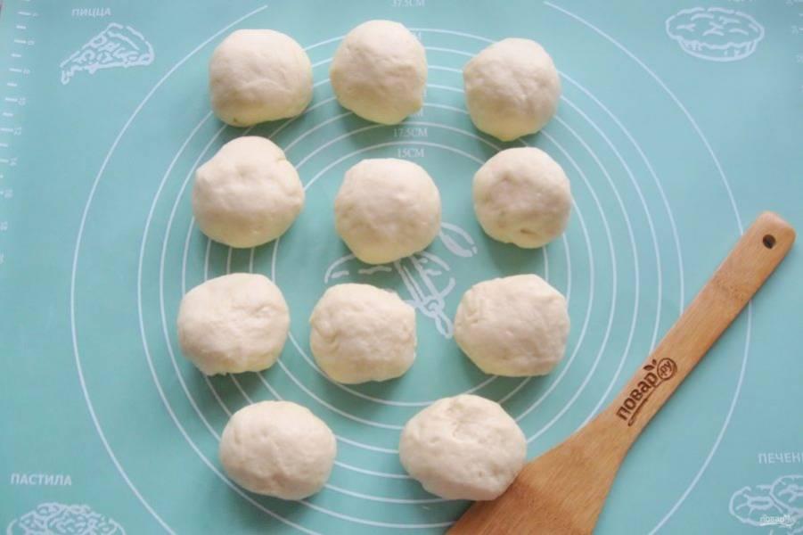 Тесто обомните и разделите на шарики весом 60-70 грамм. Накройте их пищевой пленкой и дайте постоять 15-20 минут.