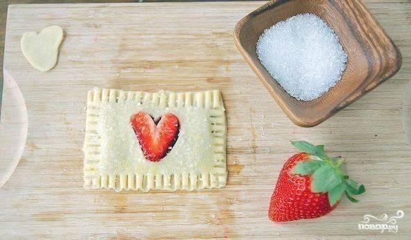 4. Прямоугольники, смазанные джемом, с клубникой, накройте остальными – с вырезанными (выдавленными) сердечками. Оформите края печенья с помощью вилки. Присыпьте сверху сахаром.