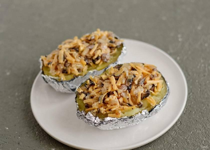 Выложите на половинки сверху грибную начинку. Поставьте в духовку на 5-7 минут, чтобы сыр расплавился.