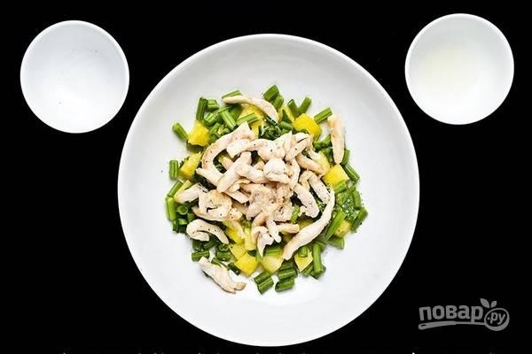 6.В салатной миске смешайте ананас, зеленую фасоль, добавьте обжаренное куриное филе. Посолите, поперчите, добавьте лимонный сок, перемешайте.