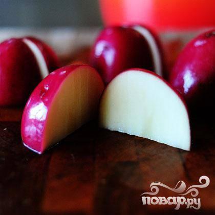 Порежьте красный картофель на четвертинки (не забывайте, его тоже надо помыть).