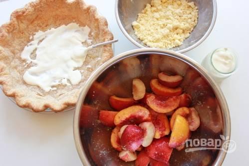 3. Дайте нектаринам постоять минут 10. Параллельно соедините масло, сахарную пудру, просеянную муку с солью и разрыхлителем. Разотрите в однородную крошку.