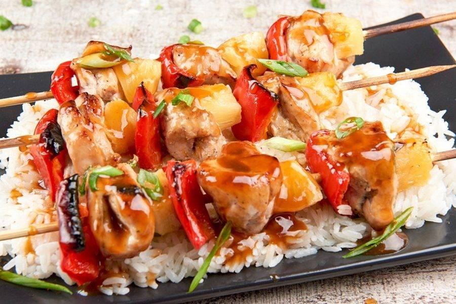 6. Шашлыки подавайте с рисом и свежим луком, полив блюдо соусом. Приятного аппетита!