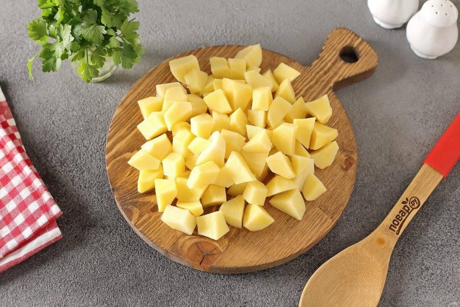 После закипания добавьте картофель нарезанный кубиками.