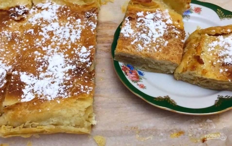 8. Наколите тесто вилкой и отправьте в разогретую до 200 градусов духовку на 30 минут. Полностью остудите пирог и посыпьте его сахарной пудрой. Приятного аппетита!