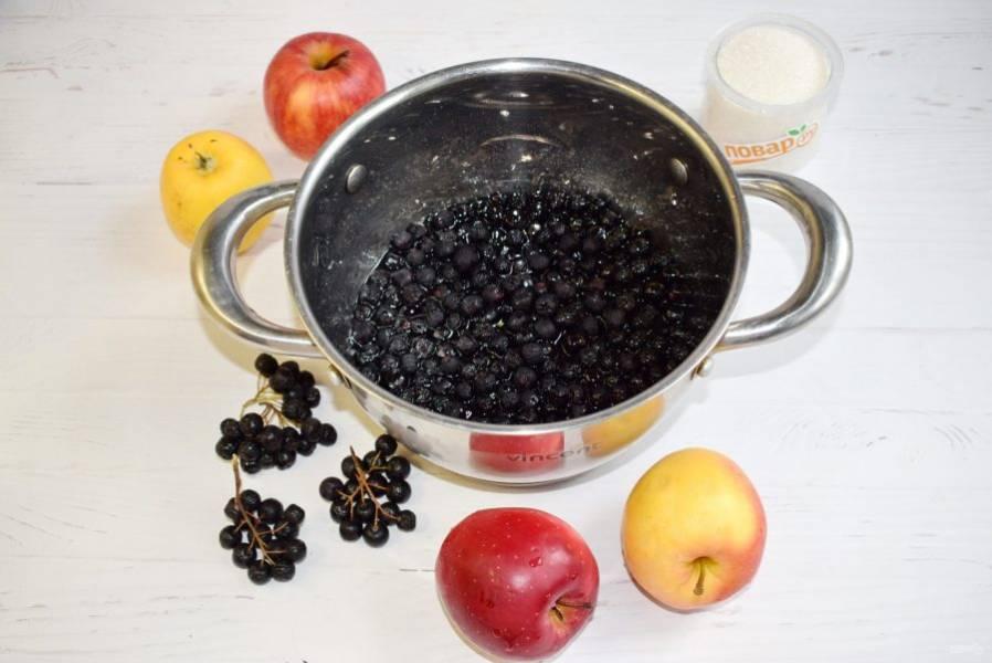 Сварите сироп: в кастрюле соедините  1 стакан  воды и сахар  (250 г), доведите до кипения и на медленном огне варите в течение 5 минут. Отправьте в сироп ягоды рябины, отставьте их на 8 часов.