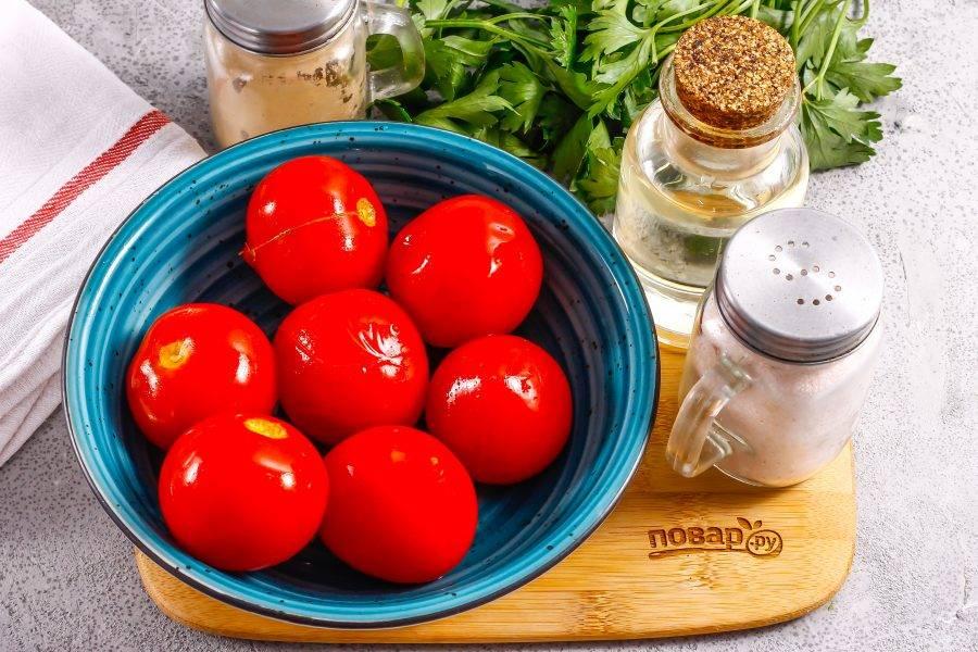 Помидоры промойте в воде, выложите в глубокую емкость и залейте кипятком на 10 минут для пропаривания, затем кипяток слейте и очистите томаты от кожуры.