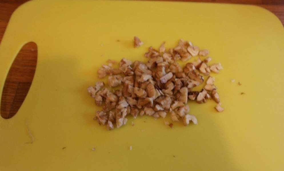 Грецкие орехи мелко нарезаем.