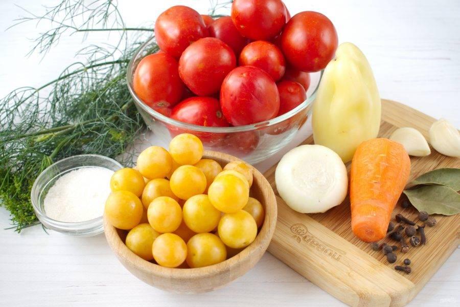 Подготовьте необходимые продукты. Овощи и алычу вымойте. Лук, чеснок и морковь очистите. Лук и чеснок нарежьте дольками, морковь - толстыми кружками.