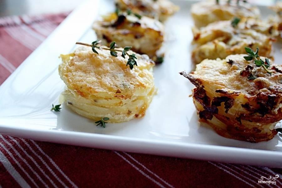 6. Остудите запеченный картофель в формочке в течение 5 минут, затем осторожно вытащите на сервировочное блюдо. Если вы не добавляли тимьян, то сделать это можно сейчас. Приятного аппетита!