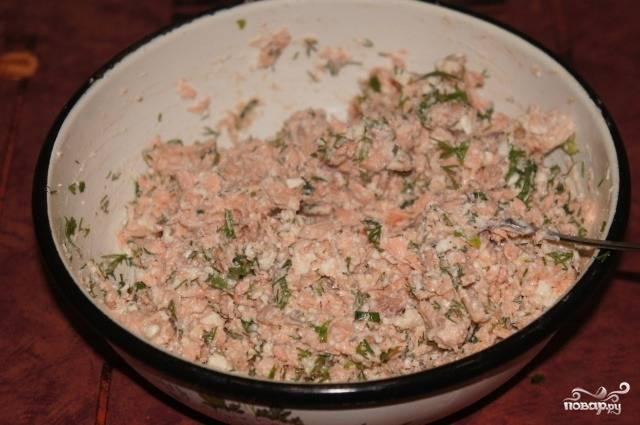 Филе режем на мелкие кусочки. Добавляем сыр и порезанную зелень. Перчим, солим по вкусу, досыпаем крахмал.