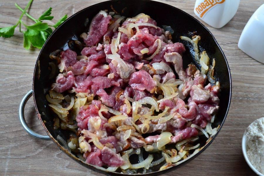 6. Затем выложите мясо, перемешайте и обжаривайте несколько минут на среднем огне, а затем убавьте огонь до минимума и готовьте 10-15 минут.