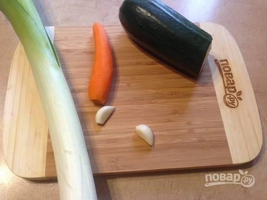 1. Подготовим овощи, очистим морковь и чеснок. Если у вас цукини с твердой кожурой, ее придется удалить.