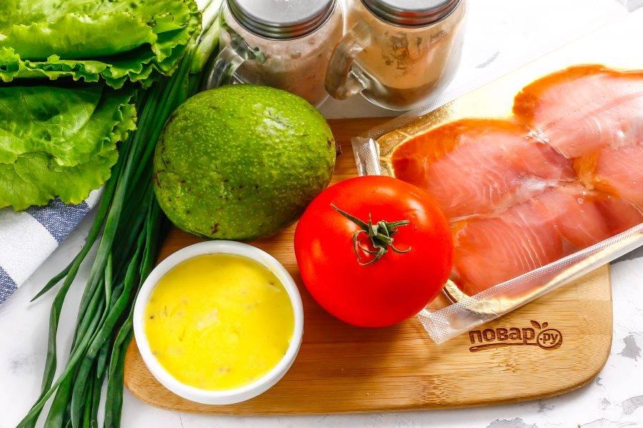 Подготовьте указанные ингредиенты. Вы можете использовать как приобретенную нарезку слабосоленой красной рыбы, так и засолить такую рыбку дома.
