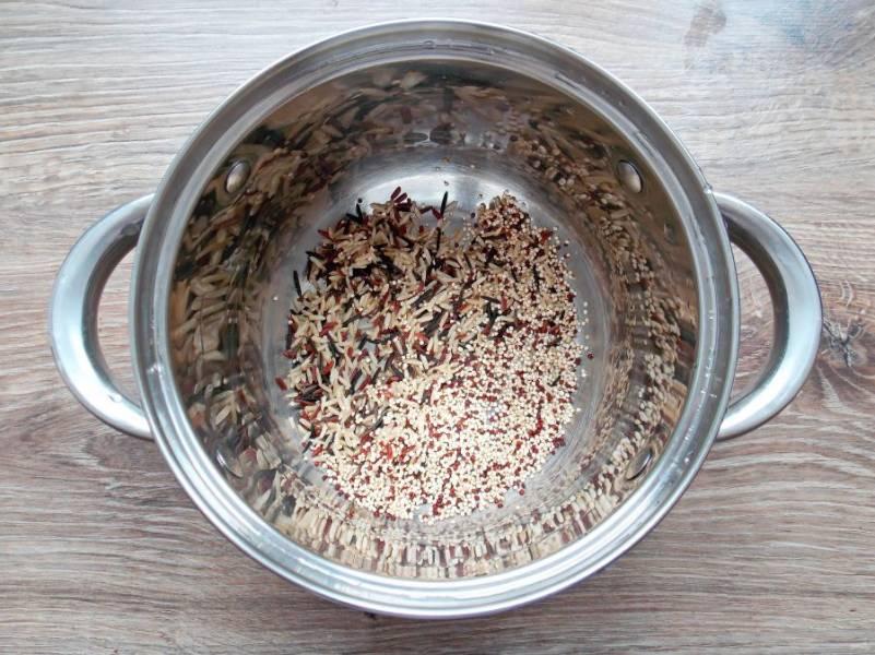 Рис и киноа положите в кастрюлю и тщательно промойте. Влейте воду в соотношении 1:2 и варите в течение 20-25 минут до готовности круп. Снимите с плиты и остудите.