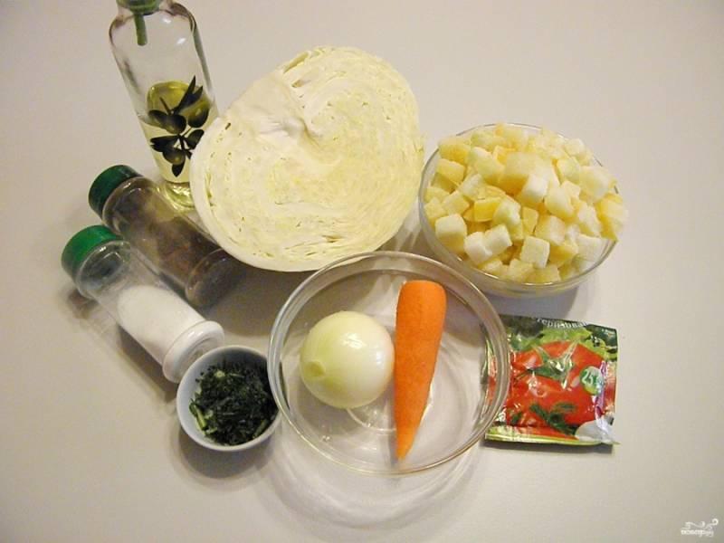 Приготовьте продукты для солянки. Кабачки подойдут как свежие, так и замороженные кубиками, предварительно размораживать их не нужно. Очистите овощи от кожуры, все тщательно вымойте и обсушите.