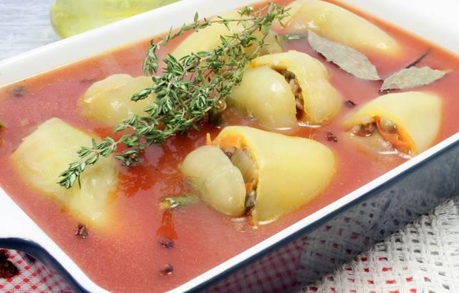 Разводим томатную пасту в 200 мл кипятка. Заливаем полученной смесью перец. Тушим блюдо в духовке 35-40 минут, температура 180 градусов.