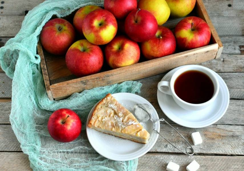 Вкусно подавать пирог теплым. Сверху его можно посыпать сахарной пудрой или подать с шариком мороженого.
