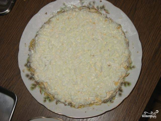 Сверху посыпаем яйцами. И украшаем свежей зеленью. Сделайте такую же причудливую ёлочку из листьев петрушки. Новогодний печёночный торт готов!