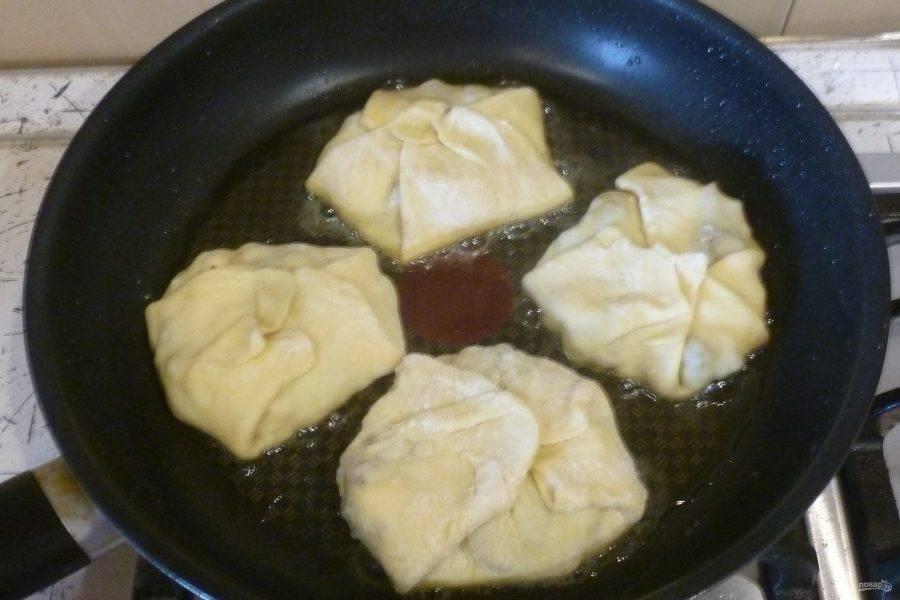 Кладите пирожки в разогретое масло швом вверх. Жарьте по 4-5 минут с каждой стороны.