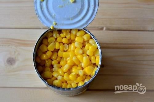 Открываем банку с кукурузой, сливаем жидкость.