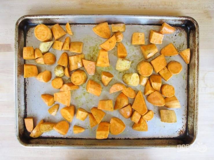 2. Потом перемешайте батат с маслом, солью, карри и корицей.