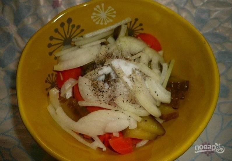 Все овощи сложите в одну тарелку. Посолите по вкусу. В этот салат лучше не жалейте молотого чёрного перца, он отлично сочетается со всеми ингредиентами. По желанию можете добавить свои любимые приправы или немного зелёного лука.