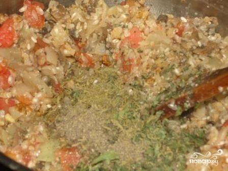 Убираем сковороду с огня, добавляем специи, соль и мелко нарезанную зелень мяты. Перемешиваем.