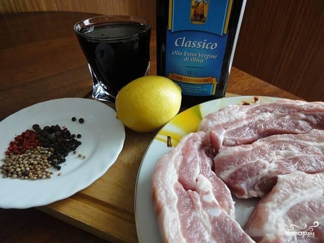 Подготовьте ингредиенты для маринада, порежьте грудинку.