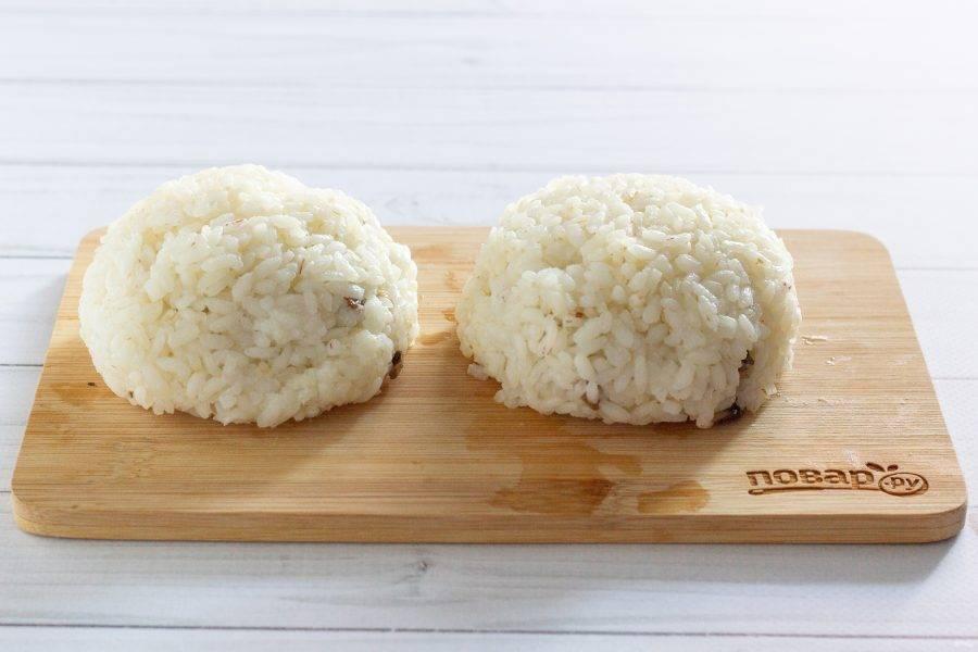 Сверху положите рис и всё хорошенько слепите в единую зразу. Не бойтесь сдавливать. Главное, чтобы руки были влажные.