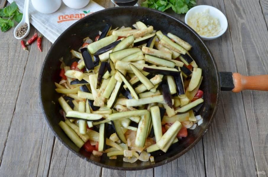 Баклажаны спустя 20 минут хорошо промойте под проточной водой, чтобы смыть соль и горький сок. Отожмите легко руками от влаги. Добавьте к овощам и жарьте 15 минут, периодически помешивая овощи.