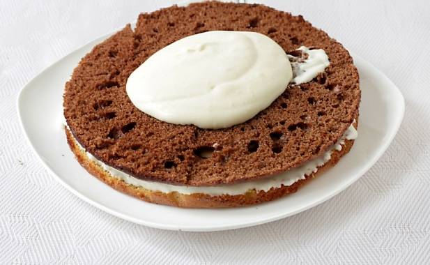 9. Поочередно выкладывая белый и коричневый корж, смазать обильно кремом. Интересный вариант, как сделать торт сметанный, - классический рецепт дополнить шоколадной или кокосовой стружкой, например.