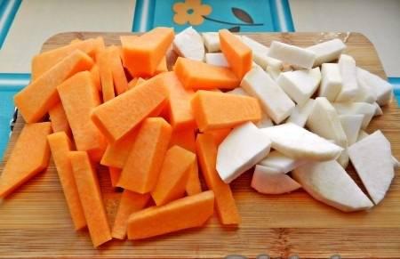 2. После этого все овощи нужно нарезать. Рагу можно тушить, а можно все овощи запечь в духовке. Каждый способ по-своему хороший.