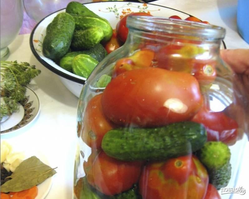 1. В стерильную банку выкладываем наши пряности, листья, перец, морковь, чеснок, огурцы и помидоры.