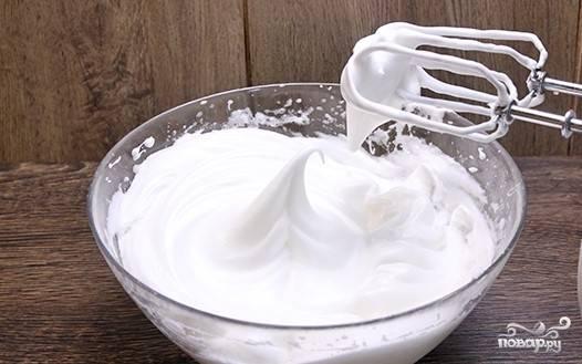 2. Желтки взбейте с оставшейся частью обычного и ванильного сахара. Осторожно введите желтки к белкам.
