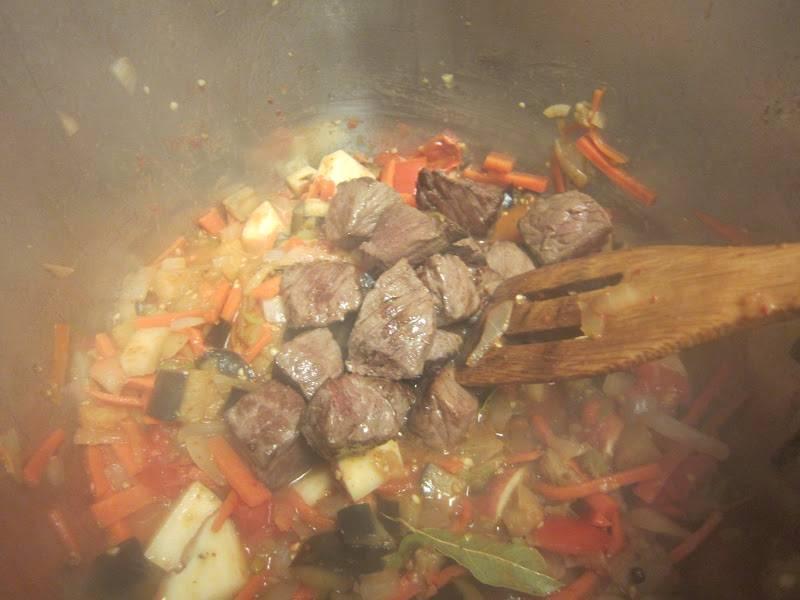 5. Через 3-5 минут можно отправлять в сотейник обжаренное мясо. Добавить кориандр, паприку и лавровый лист.